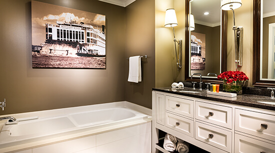 Deluxe king room bathroom